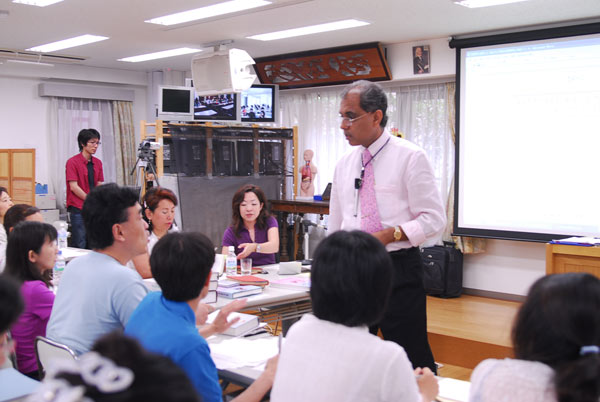 Dr. Banerjea's interacting with Japanese students in Tokyo Lecture series 2006.
